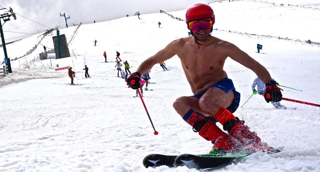 Esquiador en bañador durante la primavera en Masella.