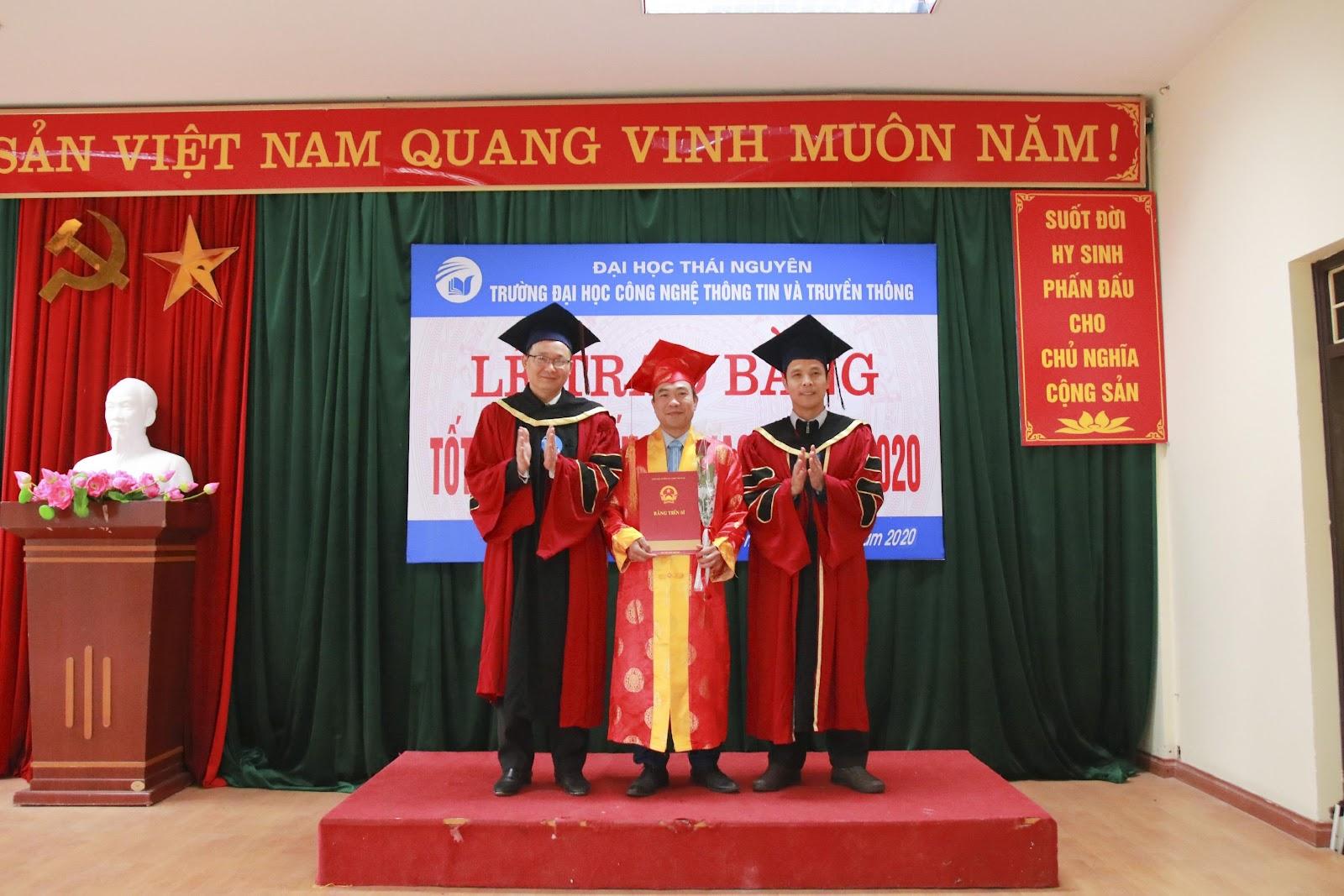 Tân tiến sĩ nhận hoa và bằng tốt nghiệp