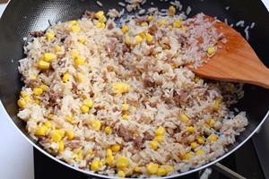 日式肥牛玉米炒饭的做法 步骤4