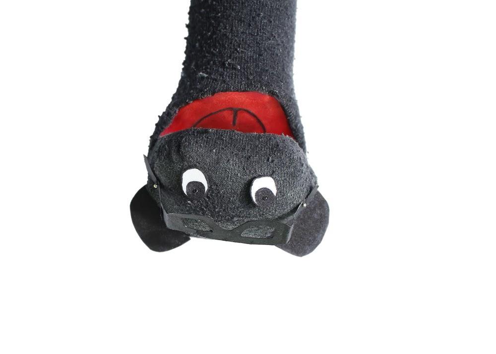 Ein Bild, das tragen, Hut, schwarz, Schuhe enthält.  Automatisch generierte Beschreibung