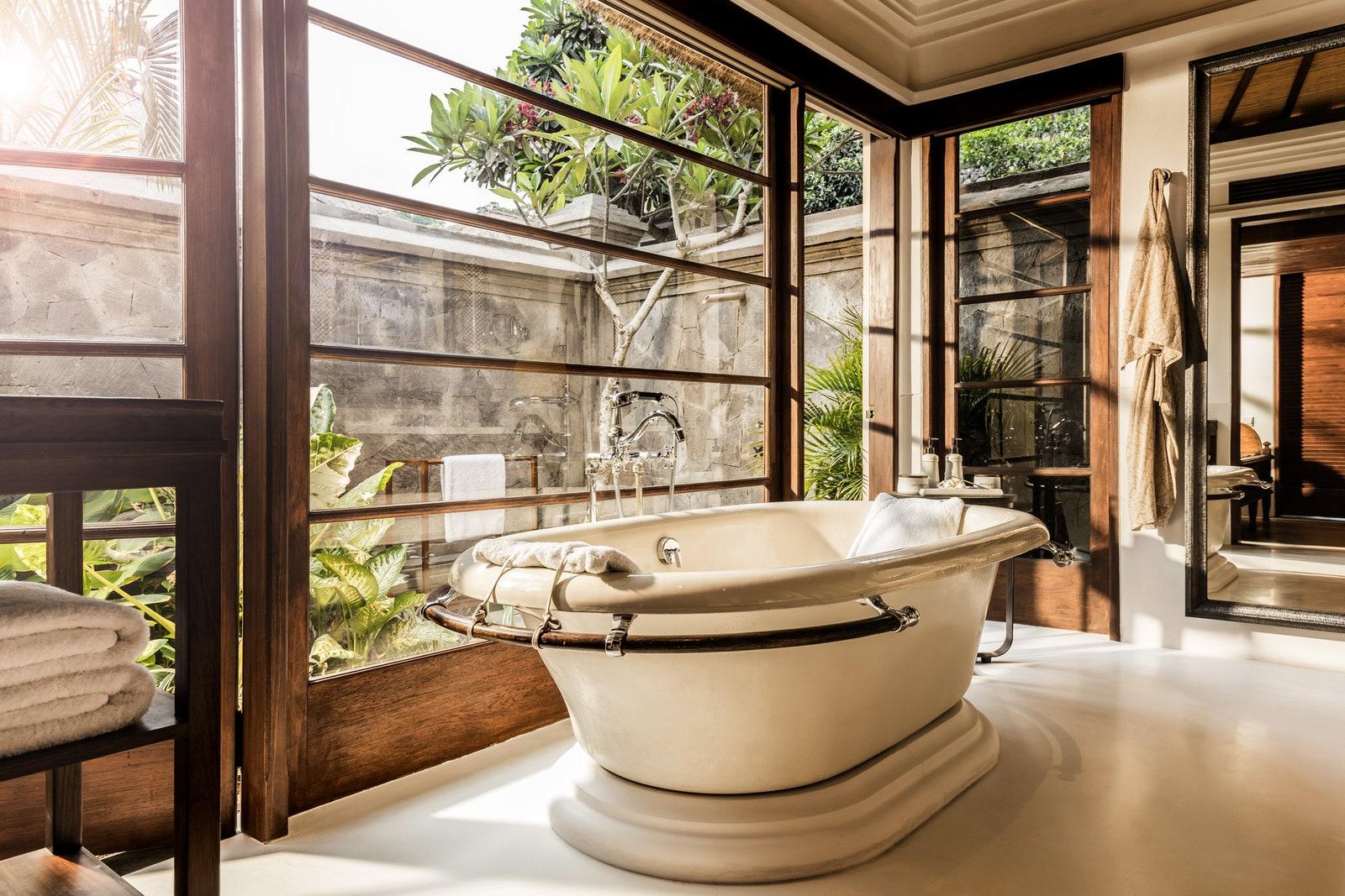 Desain kamar mandi di Four Seasons Resort Bali, Indonesia - source: architecturaldigest.com