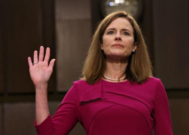 Amy Coney Barrett tuyên thệ trong phiên điều trần tại Thượng viện.