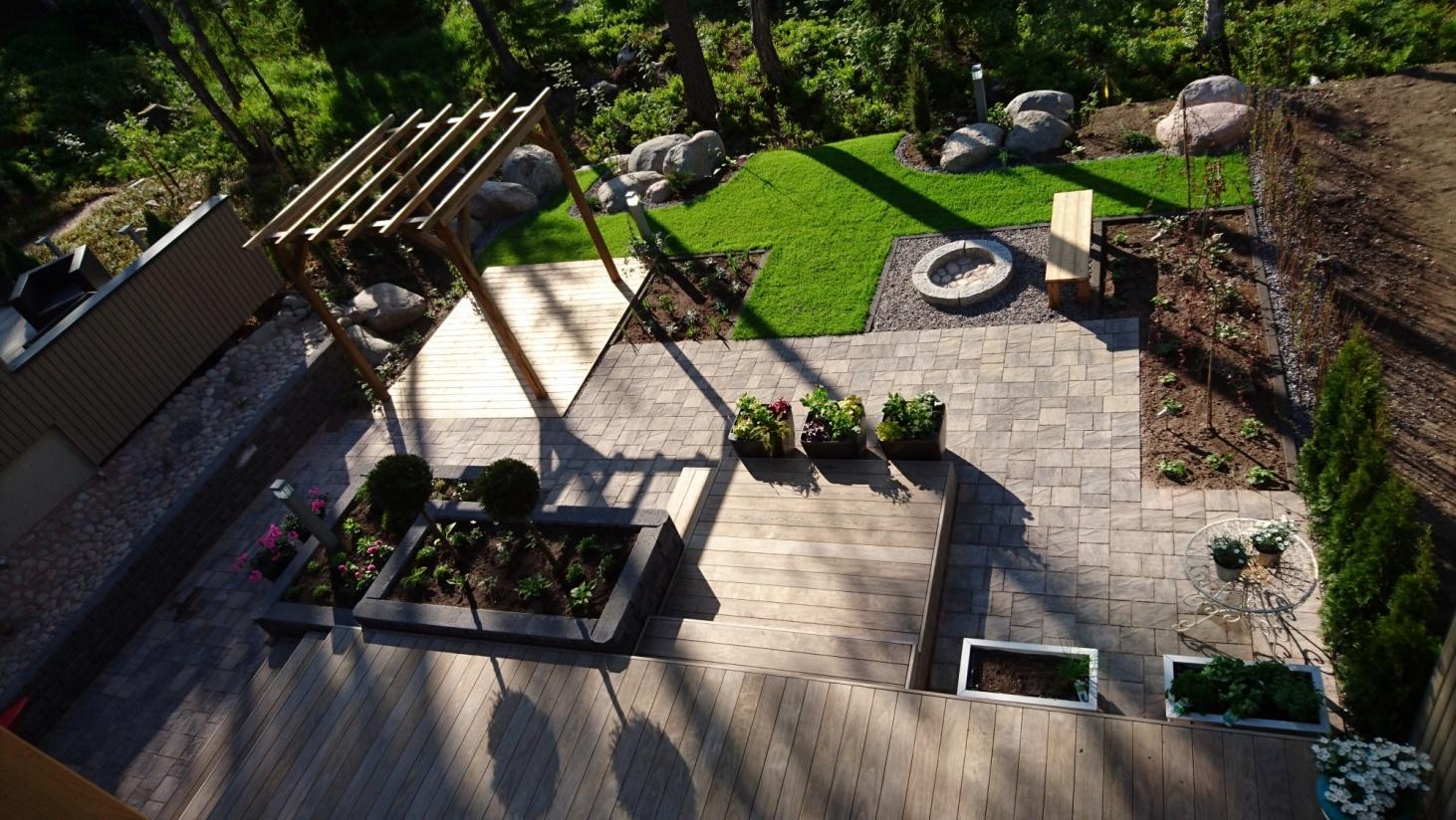 terrassedæk i forskellige niveauer
