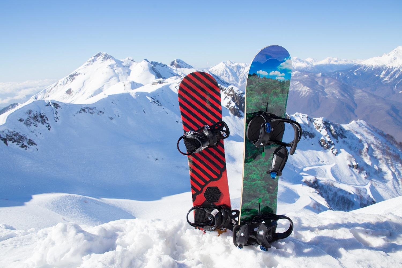 Tablas de snowboard en la cima