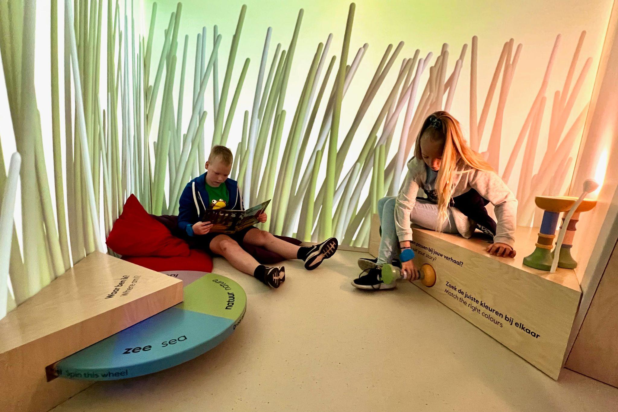 Twee kinderen in de Voorleestent van het Kinderboekenmuseum