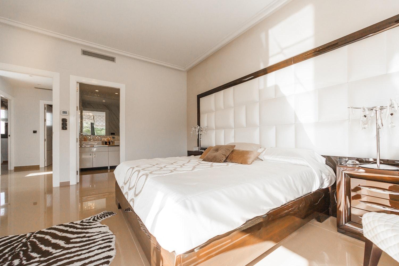 Phòng ngủ màu kem kết hợp sắc trắng đẹp ấn tượng.