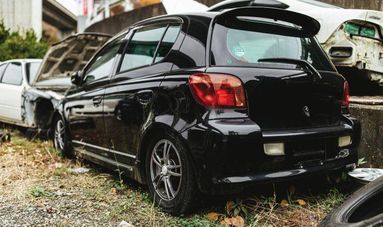 草の上に駐車した黒い車