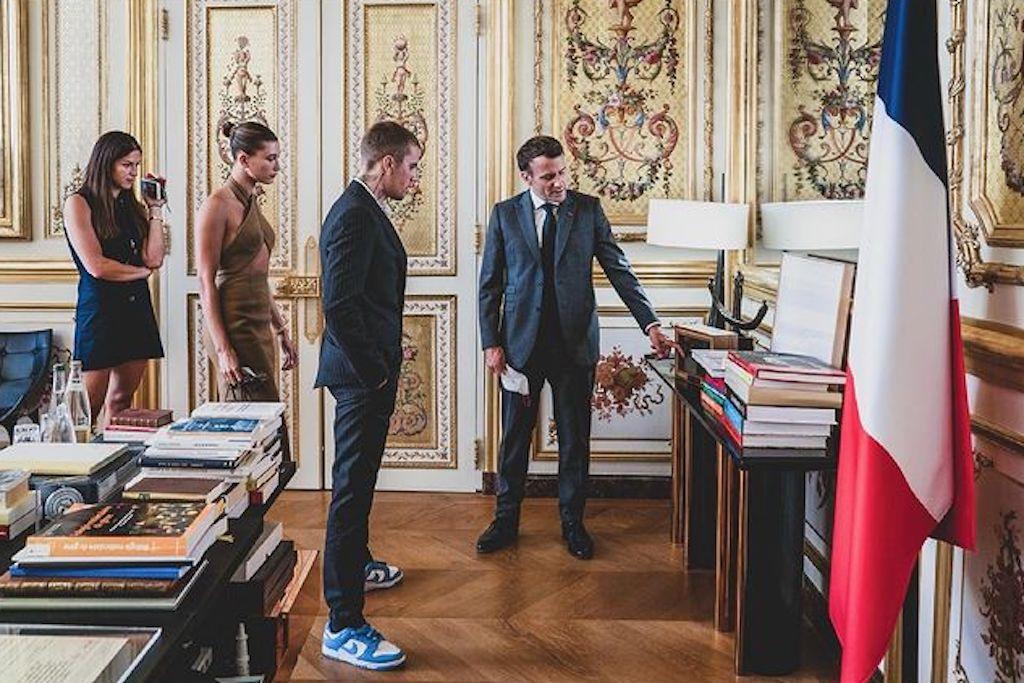 Vợ chồng Justin Bieber diện kiến Tổng thống Pháp, trang phục nhanh chóng gây tranh cãi - ảnh 1