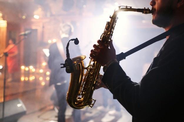 Человек играет на саксофоне Бесплатные Фотографии