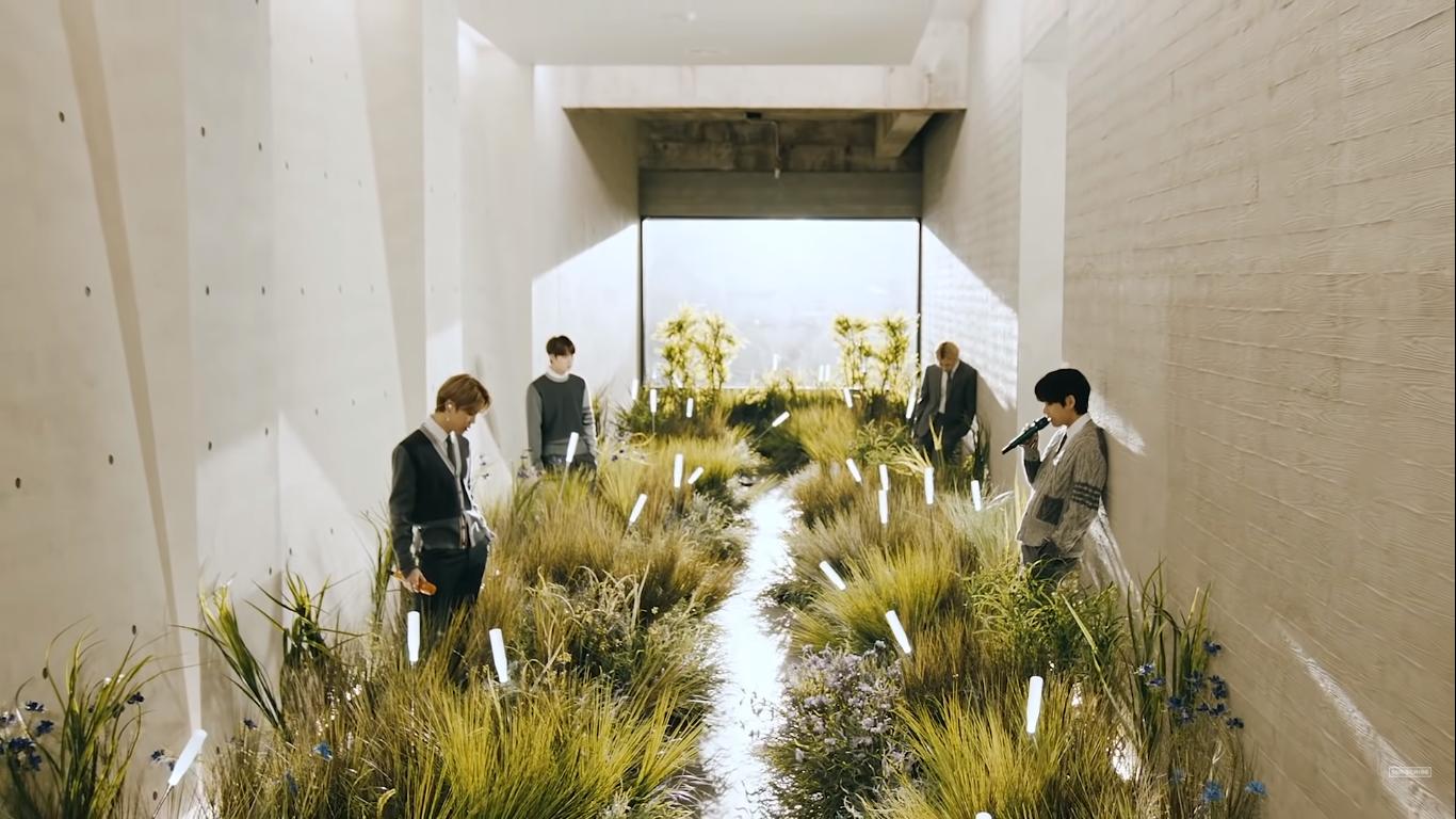 BTS apresentando Blue & Grey. (Foto: Reprodução/MTV)