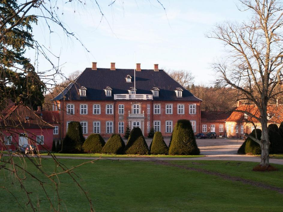 http://streaming.yayimages.com/images/photographer/ronyzmbow/b76737c123745b470aa669db7aed1c34/big-beautiful-mansion-house-estate-denmark.jpg