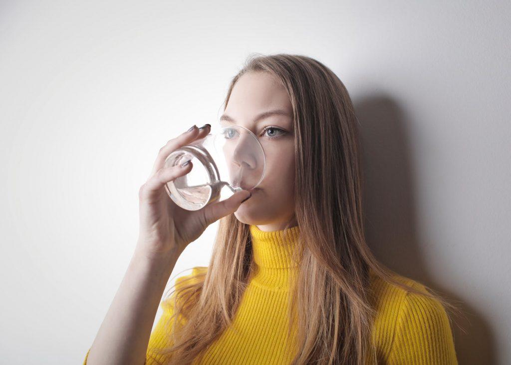 Cách trị hôi miệng-Cô gái uống nước.