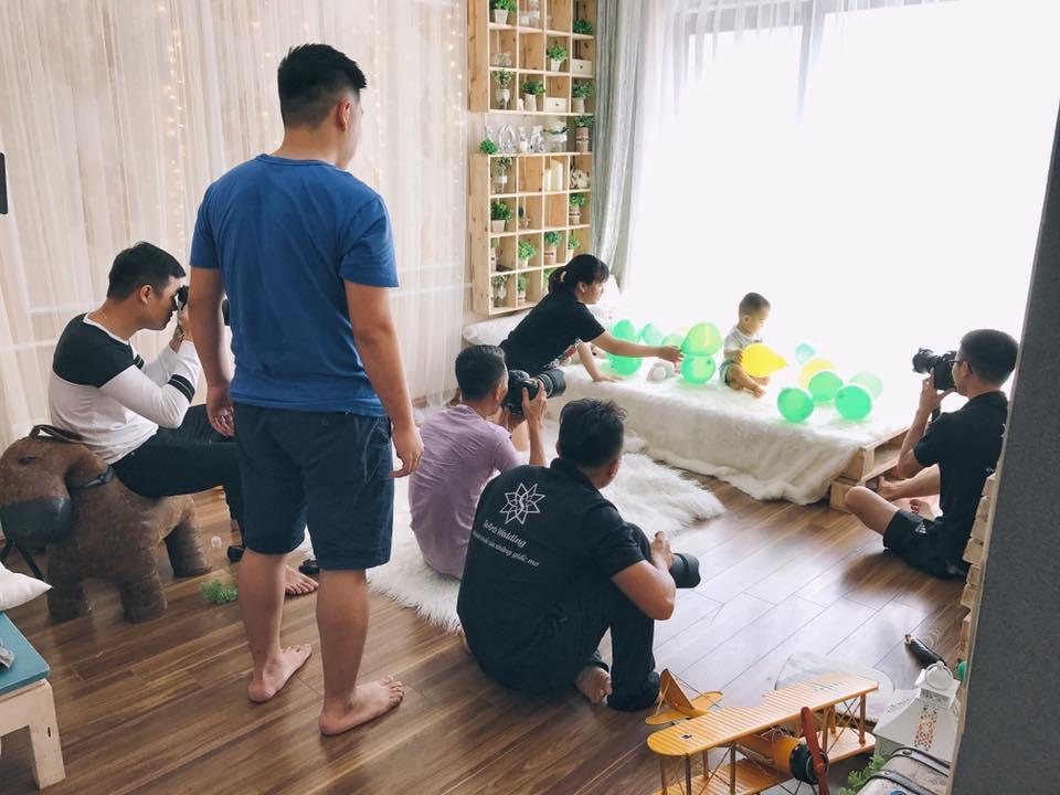 Trong hình ảnh có thể có: một hoặc nhiều người, mọi người đang ngồi và trong nhà