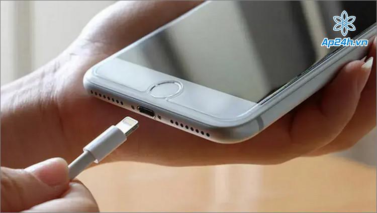Chỉ nên sạc iPhone bằng bộ chuyển đổi chính hãng hoặc cao cấp