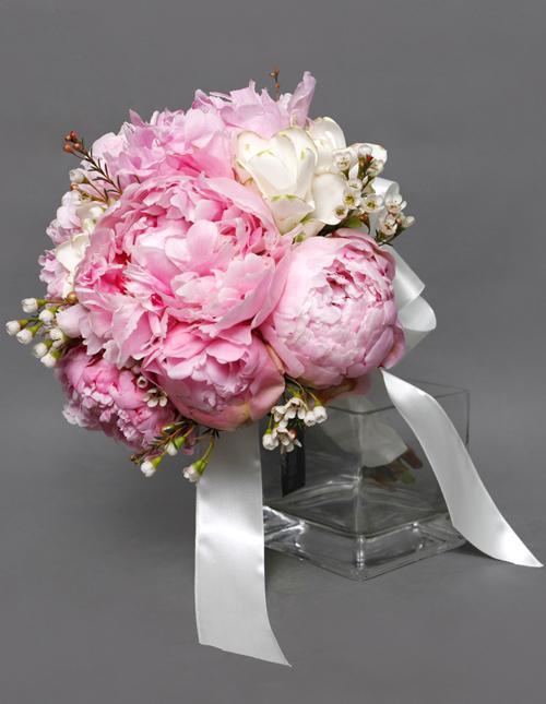 Ảnh có chứa hoa, bàn, trong nhà, bó hoa  Mô tả được tạo tự động