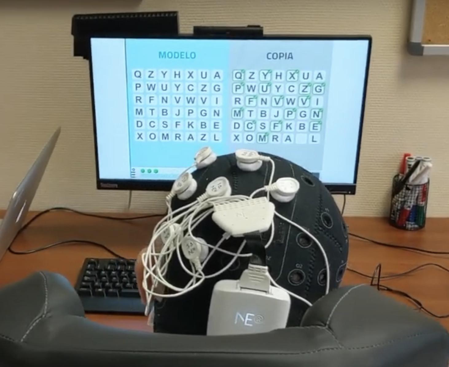Un escritorio con una computadora teclado y ratón de computadora Descripción generada automáticamente