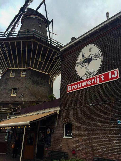 Cervejaria em Amsterdam Moinho e cerveja, quer mais típico que isso?