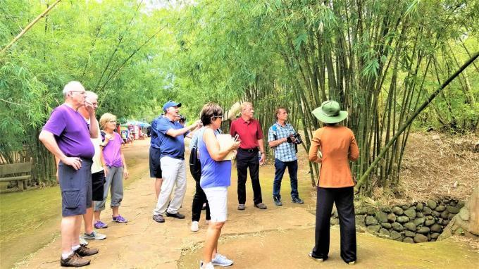 Du khách đến tham quan địa đạo Vĩnh Mốc, di tích lịch sử cấp quốc gia.