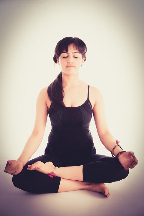 chica meditando en la postura del loto