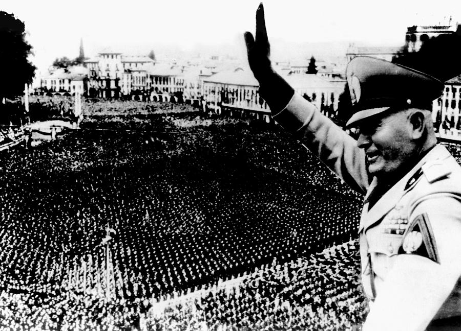 benito-mussolini-addressing-a-crowd-everett.jpg