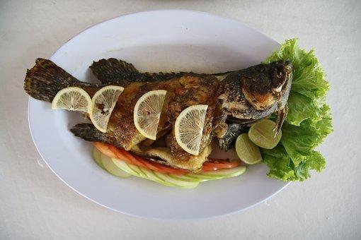smażona ryba na talerzu