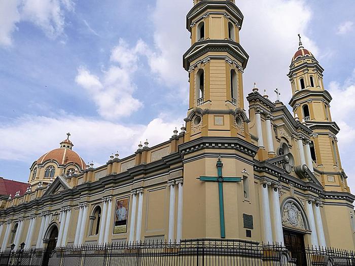 Saca tus pasajes a Piura y conoce la Catedral