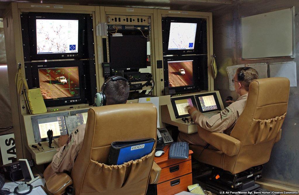 """Центр управления дронами в Ираке в 2007 году – """"пилоты"""" дронов. По мере того, как увеличивается физическая дистанция между военнослужащими и реальным полем боя, для многих встает вопрос: где та """"красная черта"""", после которой не стоит применять искусственный интеллект в войне?"""