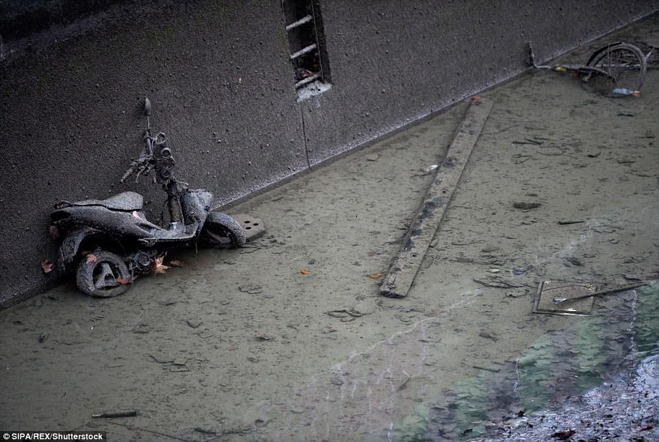隱藏的寶藏:一條被泥濘覆蓋的廢棄摩托車,由於三英里長的運河裡的水被排走