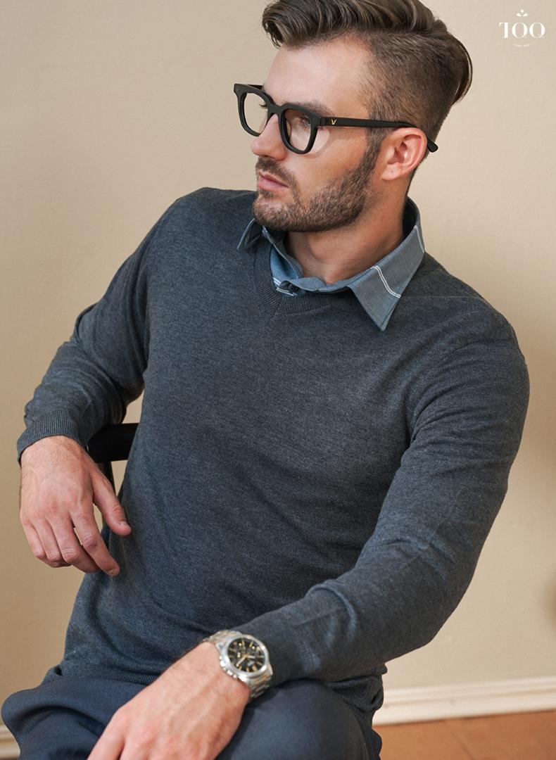 Áo sơ mi và áo sweater là sự kết hợp hoàn hảo cho quý ông công sở những ngày trời se lạnh