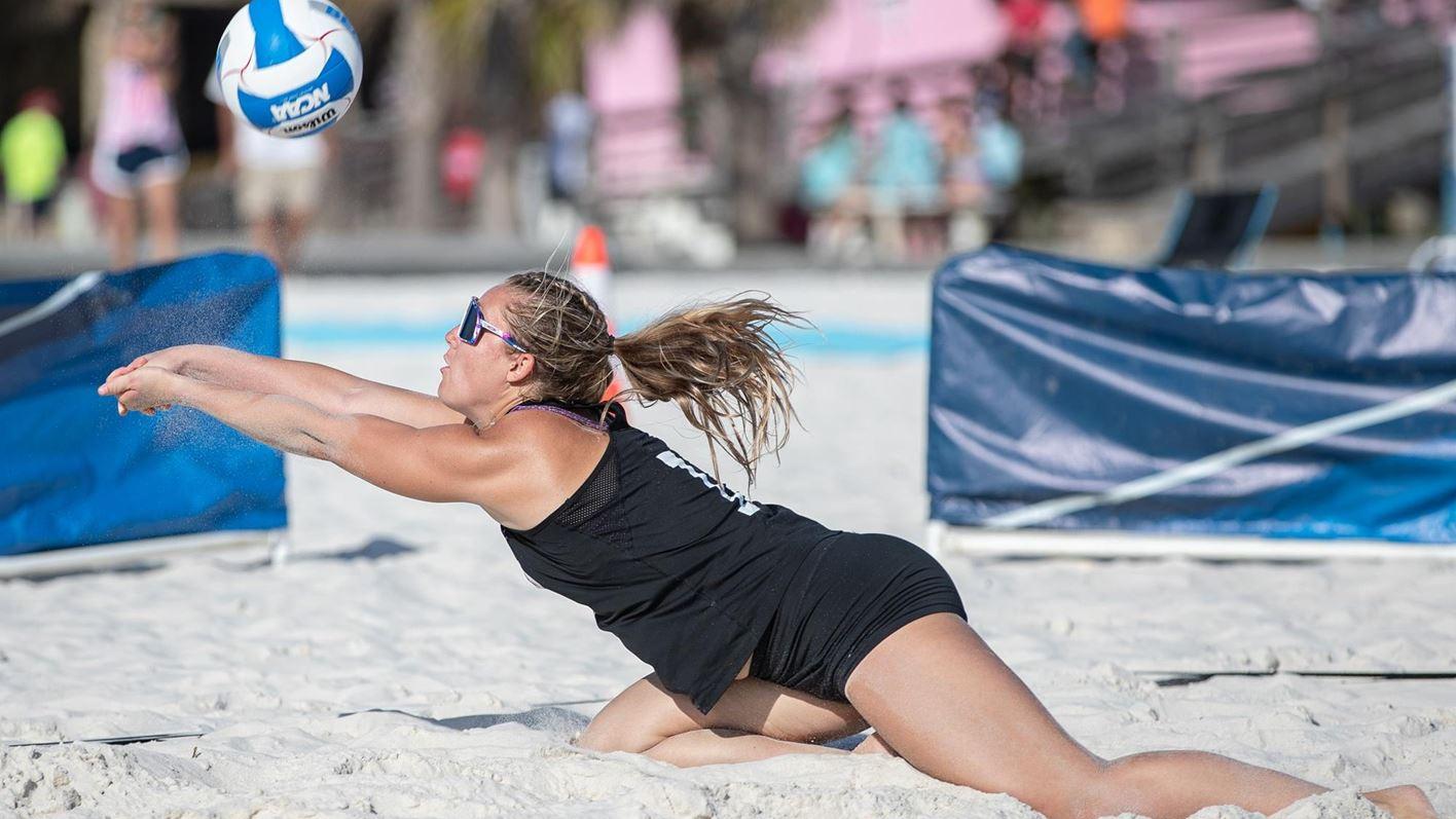 Vận động viên bóng chuyền bãi biển phải là một người chơi toàn diện, họ phải thành thạo trong việc giao bóng, nâng bóng , đập bóng , chặn và các hành động khác.