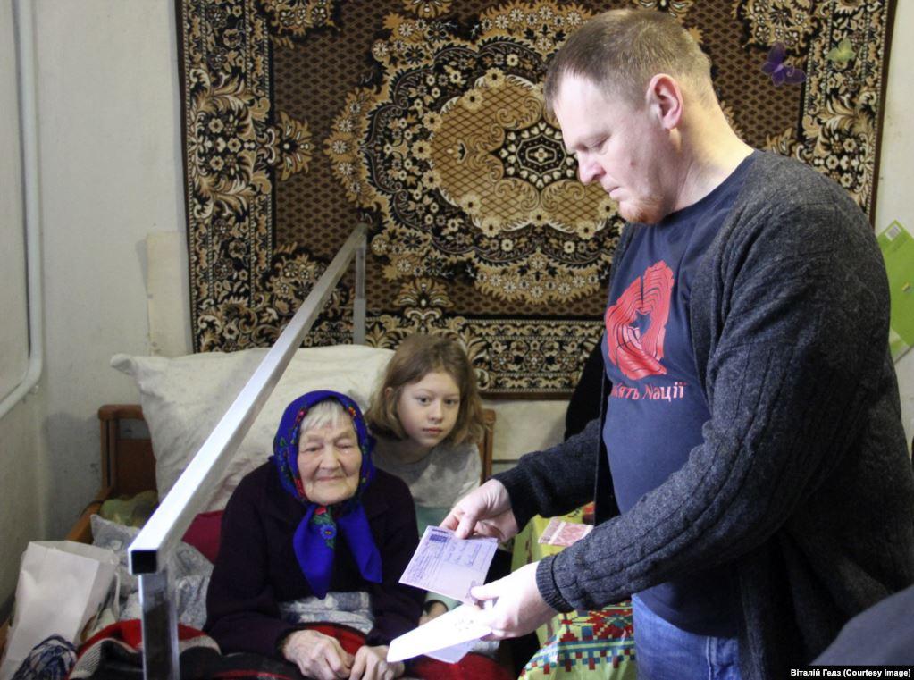 Віталій Гедз читає Ганні Горковенко її лист у день її сторіччя. Березень 2018, Яготин, Київщина. Фото Віталій Гедз