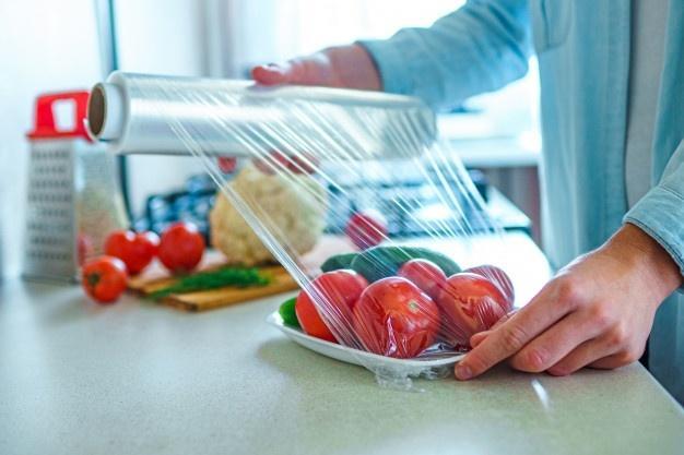 Sử dụng màng pe để bọc thực phẩm cần lưu ý điều gì?