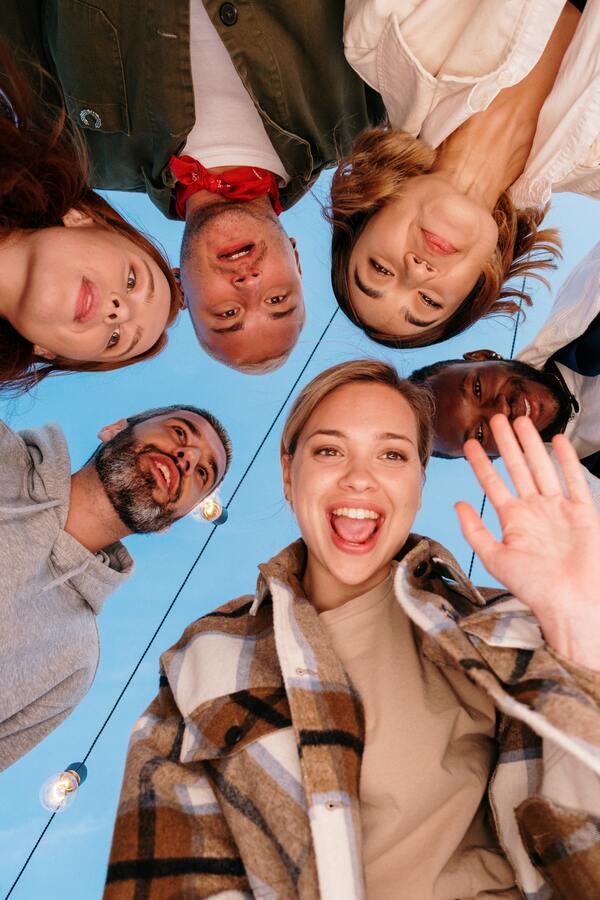 foto tirada de baixa com um grupo de amigos em volta