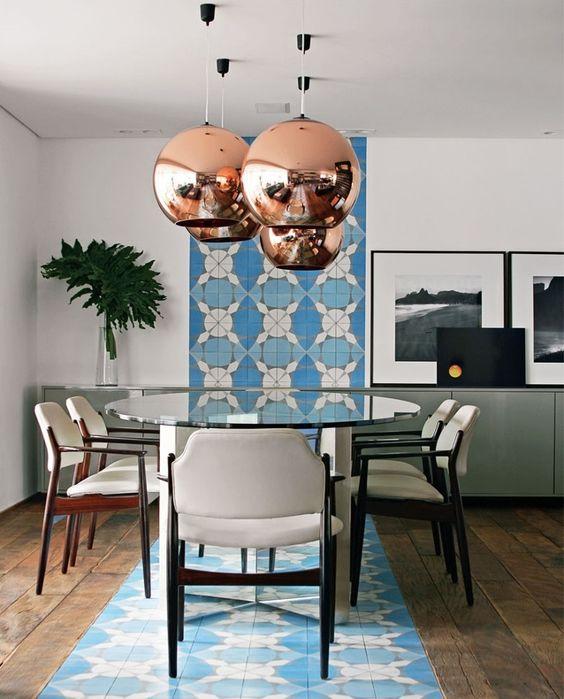 ladrilho hidráulico aplicado na sala de estar de forma criativa