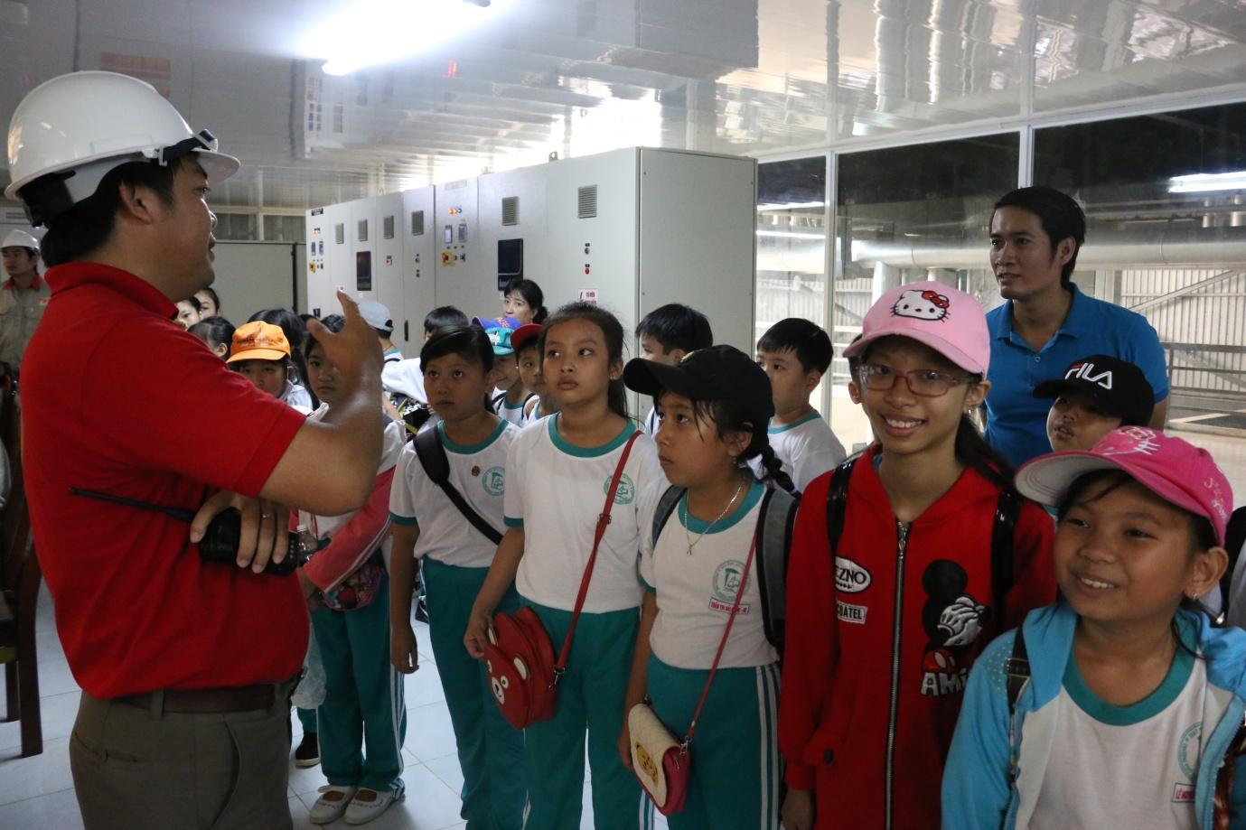 Description: 1. Các bạn học sinh rất thích thú khi được nghe thuyết trình về công nghệ tinh luyện dầu cá.JPG