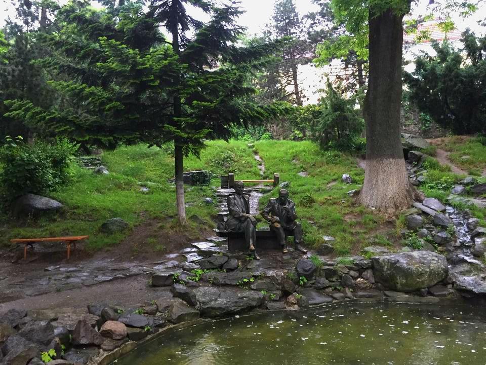 Пам'ятник  закарпатським художникам Ерделі і Бокшай в ужгородськом сквері-альпінарії
