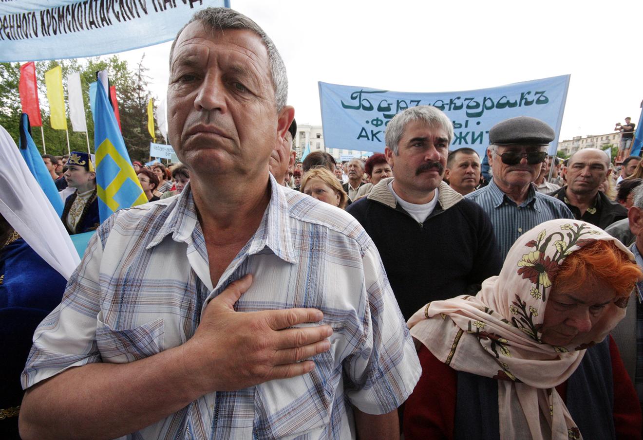 Участник митинга, посвященного 66-й годовщине депортации крымских татар, на площади Ленина в Симферополе.