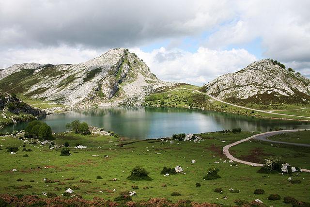 640px-Lago_Enol_(Asturias).jpg