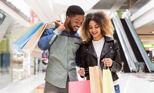 Casal fazendo compras durante a Black Friday.