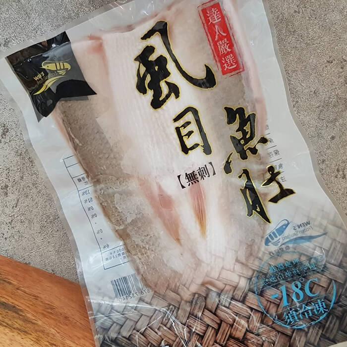 我們的虱目魚肚在新鮮捕撈上岸後,立即在符合衛生認證的工廠由經驗老道的師傅一刀刀人工清洗、切取魚肚並檢查去刺。