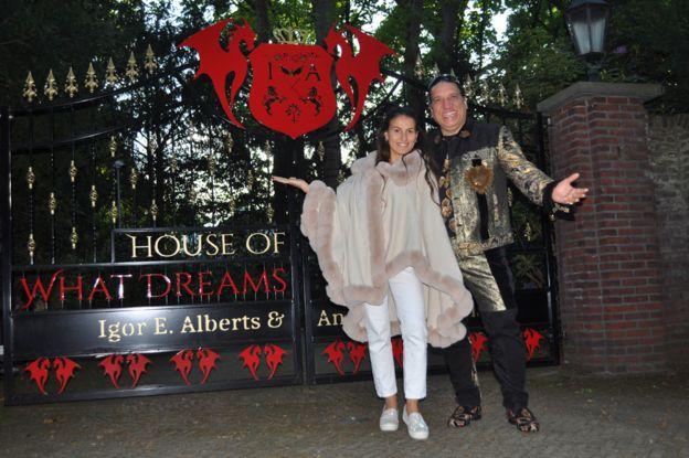 Игорь Альбертс и Андреа Цимбала у ворот своего особняка
