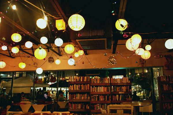 Bóng đèn Led bulb Philips trang trí trần quán trà sữa sử dụng chiếu sáng với ánh sáng vàng