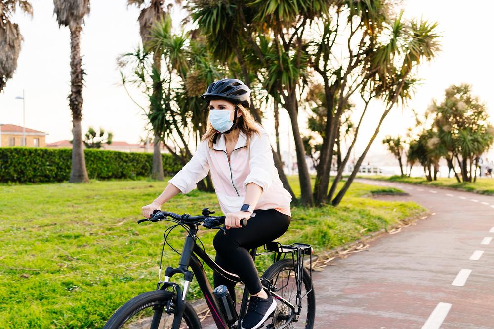 Andar de bicicleta tem sido uma escolha de muitas pessoas ao redor do mundo. (Fonte: Shutterstock)