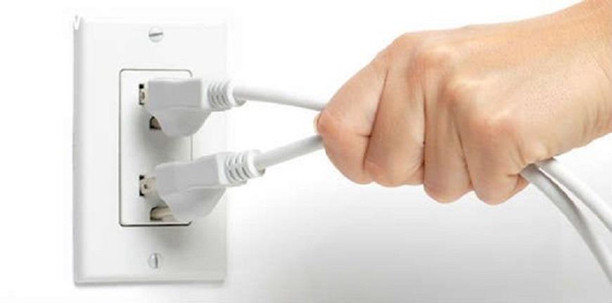 Ngắt nguồn điện là bước quan trọng đầu tiên trong cách vệ sinh bình nóng lạnh
