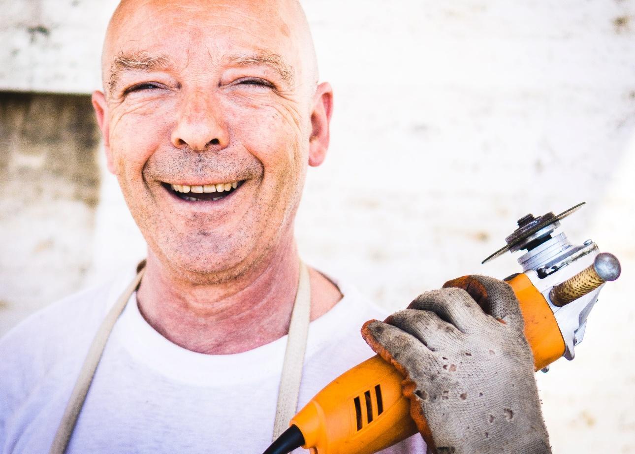 Afbeelding met persoon, person, buiten, glimlachen  Automatisch gegenereerde beschrijving