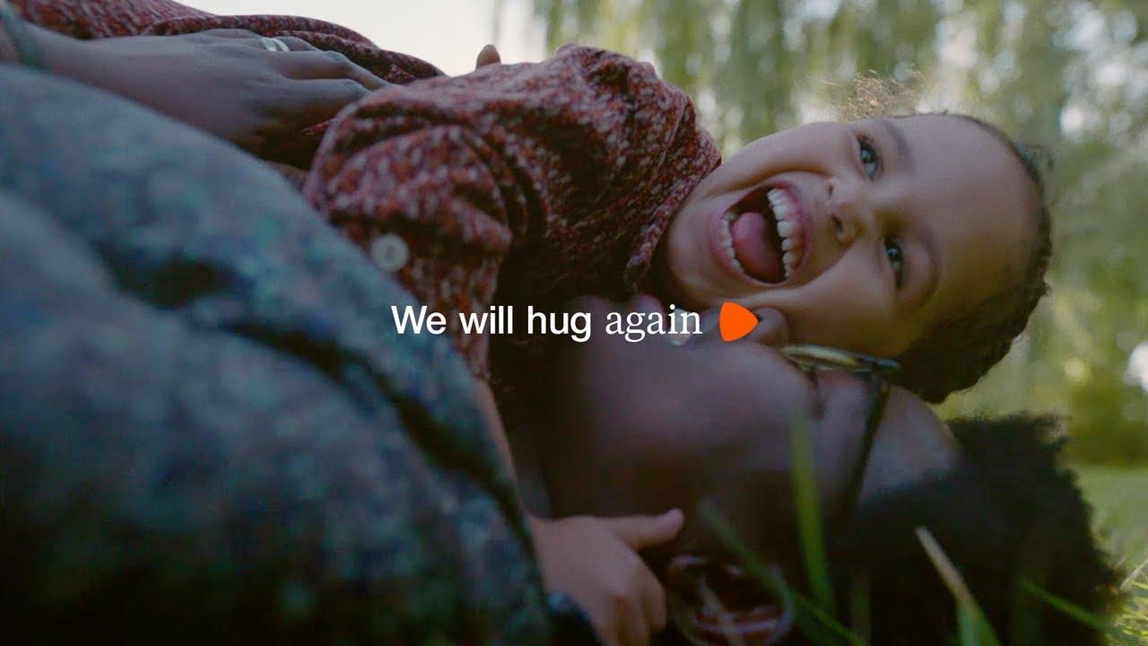 Pubblicità di Zalando. In primo piano il claim: we will hug again, cioè torneremo ad abbracciarci. Di sfondo, una mamma con la figlia piccola si abbracciano ridendo sul prato. Fonte: Marketing Ignorante.