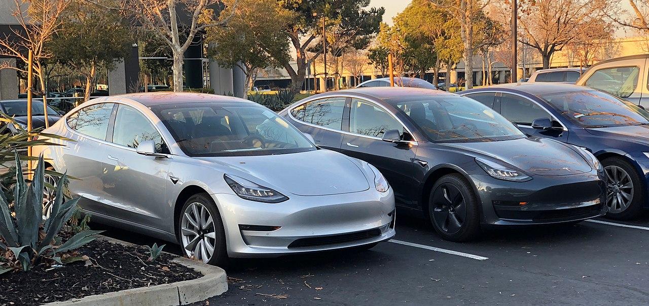 A Tesla fez com que os elétricos se tornassem desejáveis e também alcançou sucesso comercial, especialmente com o Model 3 (Fonte: Wikimedia Commons)