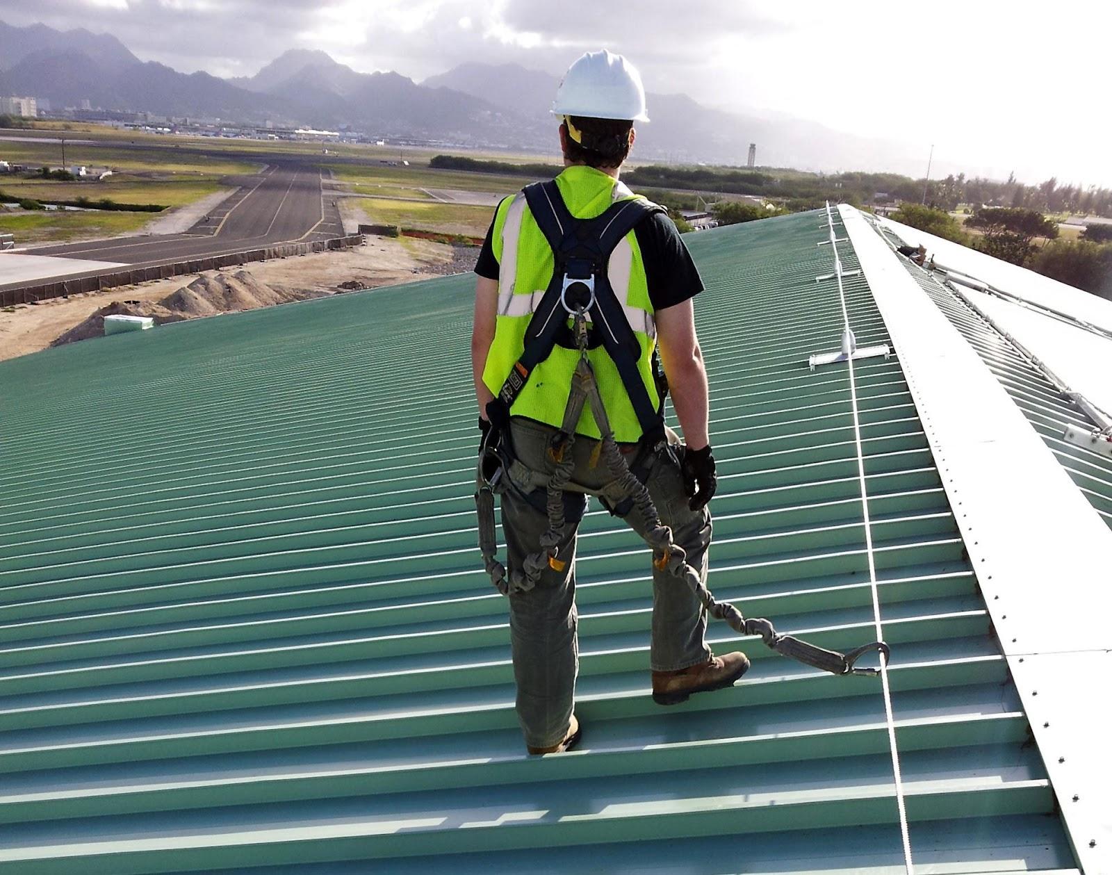 Kiểm tra lại mái trước khi hoàn thành quá trình lắp đặt