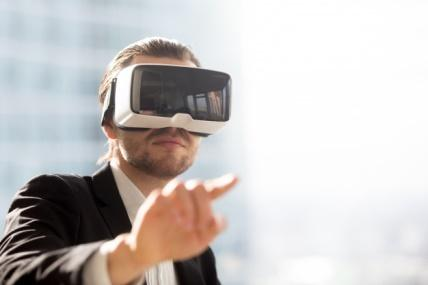 Man in vr headset using gestures in simulation Free Photo