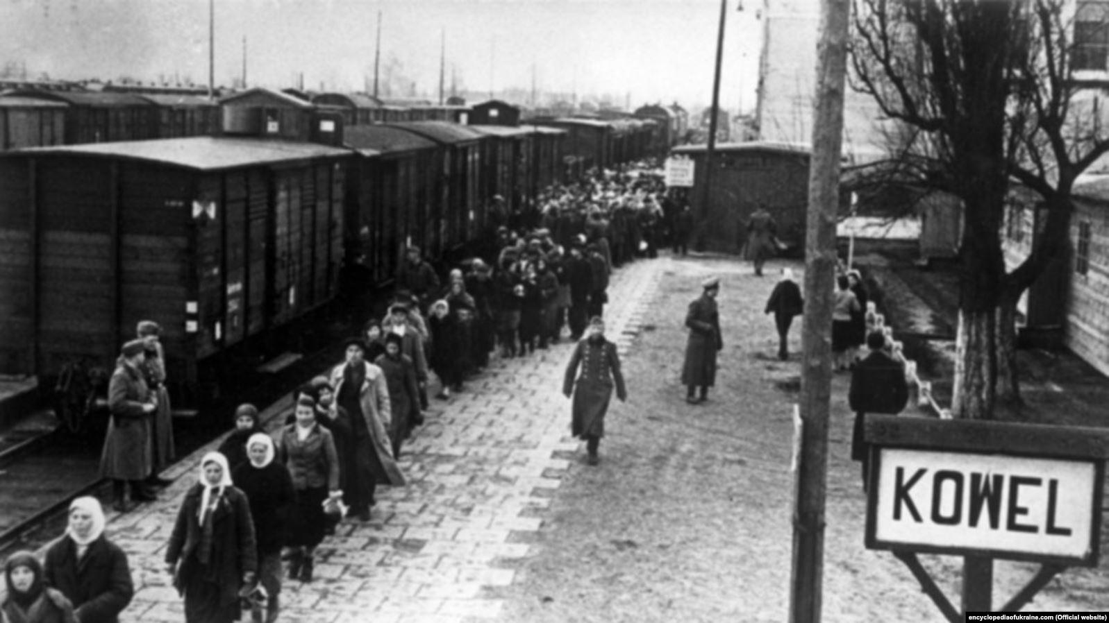 Нацисти транспортують українських робітників із залізничної станції міста Ковеля. Encyclopediaofukraine.com